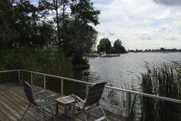 prachtig uitzicht op het meer en het dorp Grou