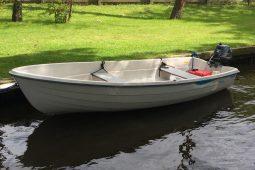 tijdens het verblijf kan kostenloos gebruik worden gemaakt van een roeiboot met buitenboord motor