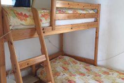 slaapkamer met stapelboed in hoekopstelling